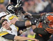 Browns' Myles Garrett in ugly brawl with Steelers' Mason Rudolph toward end of game